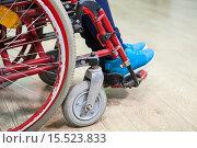 Купить «Человек, сидящий в инвалидном кресле, крупный план ног сбоку», фото № 15523833, снято 4 декабря 2015 г. (c) Кекяляйнен Андрей / Фотобанк Лори