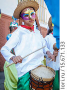 Children´s parade crews, Desfile de Cuadrillas Infantiles. Indigenous boy playing drum. (2015 год). Редакционное фото, фотограф Daniel Romero / VWPics / age Fotostock / Фотобанк Лори