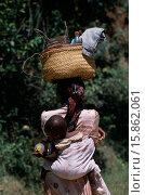 Купить «Near Ambositra. Portrait of a woman carrying a baby in a sling on her back and wicker baskets on her head», фото № 15862061, снято 7 апреля 2020 г. (c) age Fotostock / Фотобанк Лори