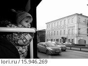 Малыш (2 года) с интересом смотрит в окно автобуса. Стоковое фото, фотограф Пушкина Ольга / Фотобанк Лори