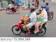 Купить «Vietnam, Ho Chi Minh City, Family on motorbike, Ho Chi Minh City», фото № 15994349, снято 12 июля 2020 г. (c) age Fotostock / Фотобанк Лори