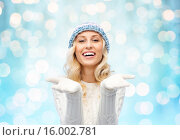 Купить «woman in winter heat showing empty palms», фото № 16002781, снято 8 октября 2015 г. (c) Syda Productions / Фотобанк Лори