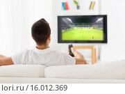 Купить «man watching football game on tv at home from back», фото № 16012369, снято 29 января 2015 г. (c) Syda Productions / Фотобанк Лори