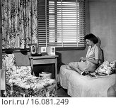Купить «Arlington Farms, Virginia: March, 1944.A woman who works for the War Department in her single room in the government´s housing project for war workers...», фото № 16081249, снято 10 декабря 2019 г. (c) age Fotostock / Фотобанк Лори