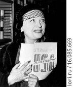 United States: January 12, 1951.Actress Pola Negri of Poland holds her Welcome to USA Citizenship pamphlet as she becomes a U.S. citizen. Редакционное фото, фотограф Underwood Archives / age Fotostock / Фотобанк Лори