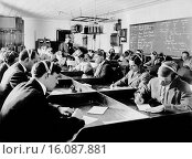 Купить «New York, New York: c. 1916.Students at the first Marconi Wireless School in the United States in New York. The new law after the Titanic disaster requiring...», фото № 16087881, снято 31 марта 2020 г. (c) age Fotostock / Фотобанк Лори