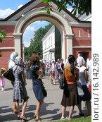 Купить «Очередь к Матронушке. Покровский монастырь в Москве», эксклюзивное фото № 16142989, снято 12 июля 2009 г. (c) lana1501 / Фотобанк Лори