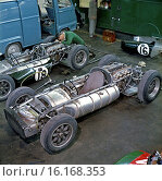 Mechanic Mike Barney preparing Cooper-Climax Type 53 cars for Jack Brabham and Bruce McLaren. French GP, Reims-Gueux, France 3rd July 1960. Стоковое фото, фотограф GP Library \ UIG / age Fotostock / Фотобанк Лори
