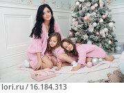 Семья веселится возле елки среди подарков. Стоковое фото, фотограф Nataliya Pogodina / Фотобанк Лори