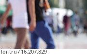 Купить «Люди, идущие по площади», видеоролик № 16207829, снято 2 декабря 2015 г. (c) Михаил Дударев / Фотобанк Лори