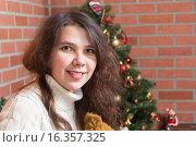 Портрет молодой женщины на фоне новогодней елки. Стоковое фото, фотограф Алексей Чубов / Фотобанк Лори