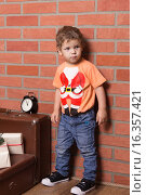 Мальчик  в футболке с костюмом деда Мороза. Стоковое фото, фотограф Алексей Чубов / Фотобанк Лори
