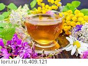 Купить «Чай из цветов в стеклянной чашкой на доске», фото № 16409121, снято 14 июля 2015 г. (c) Резеда Костылева / Фотобанк Лори