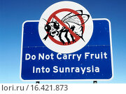 Купить «´Do not carry fruit into Sunraysia´ road warning sign. Australia», фото № 16421873, снято 20 января 2020 г. (c) easy Fotostock / Фотобанк Лори