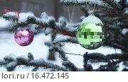 Купить «Новогодние шары, припорошенные снегом, висят на елке», видеоролик № 16472145, снято 18 декабря 2015 г. (c) Георгий Дзюра / Фотобанк Лори