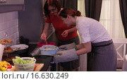 Купить «Девушка достает пирог из духовки», видеоролик № 16630249, снято 4 ноября 2015 г. (c) Валентин Беспалов / Фотобанк Лори