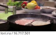 Купить «Мясо жарится на сковороде», видеоролик № 16717501, снято 2 декабря 2015 г. (c) Валентин Беспалов / Фотобанк Лори