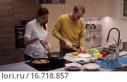 Купить «Семья на кухне готовит обед», видеоролик № 16718857, снято 2 декабря 2015 г. (c) Валентин Беспалов / Фотобанк Лори