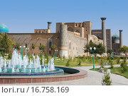 Купить «Площадь Регистан. Фонтан перед медресе Улугбека», фото № 16758169, снято 22 сентября 2007 г. (c) Elizaveta Kharicheva / Фотобанк Лори