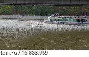 Купить «Корабль на Москва-реке», видеоролик № 16883969, снято 18 июля 2019 г. (c) Павел Котельников / Фотобанк Лори