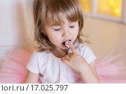 Девочка руками пробует именинный торт, закрыв глаза. Стоковое фото, фотограф Tanya Ischenko / Фотобанк Лори