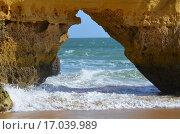 Купить «Арка в Атлантическом океане», фото № 17039989, снято 29 октября 2014 г. (c) Калинина Наталья / Фотобанк Лори