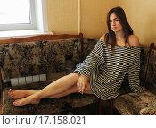 Девушка в тельняшке на кухонном диване. Стоковое фото, фотограф Сергей Юрьев / Фотобанк Лори