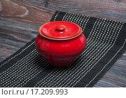 Купить «Красный глиняный горшок с крышкой», фото № 17209993, снято 19 сентября 2015 г. (c) Алёшина Оксана / Фотобанк Лори