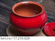Купить «Пустой красный глиняный горшок с крышкой», фото № 17210029, снято 19 сентября 2015 г. (c) Алёшина Оксана / Фотобанк Лори