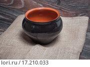 Купить «Черный глиняный горшок на мешковине», фото № 17210033, снято 19 сентября 2015 г. (c) Алёшина Оксана / Фотобанк Лори