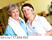 Portrait of senior females looking at camera in gym. Стоковое фото, фотограф Stockbroker xtra / easy Fotostock / Фотобанк Лори