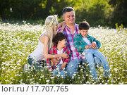 Счастливая семья на лугу. Стоковое фото, фотограф Кирилл Греков / Фотобанк Лори