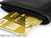 Купить «Золотая банковская карта в кошельке», фото № 17849957, снято 25 декабря 2015 г. (c) Nikolay Sukhorukov / Фотобанк Лори