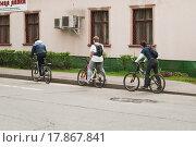 Купить «Прогулка на велосипедах по территории ВДНХ», эксклюзивное фото № 17867841, снято 5 мая 2012 г. (c) Алёшина Оксана / Фотобанк Лори