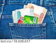 Купить «Russian rouble banknotes and Credit card Visa sticking out of the back jeans pocket», фото № 18038617, снято 26 марта 2019 г. (c) FotograFF / Фотобанк Лори