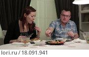 Купить «Мужчина и женщина сидят за обеденным столом», видеоролик № 18091941, снято 22 декабря 2015 г. (c) Валентин Беспалов / Фотобанк Лори