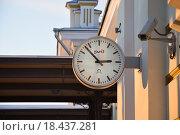 Часы на перроне вокзала (2016 год). Редакционное фото, фотограф Алексей Наумов / Фотобанк Лори