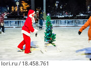 Купить «Ёлка и Санта-Клаус на катке ВДНХ в Новый год», эксклюзивное фото № 18458761, снято 1 января 2016 г. (c) Алёшина Оксана / Фотобанк Лори