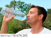 Купить «Man drinking water from bottle», фото № 18674265, снято 17 августа 2018 г. (c) easy Fotostock / Фотобанк Лори