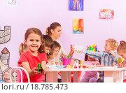 Купить «Группа детей занимается оригами в подготовительном классе», фото № 18785473, снято 28 ноября 2015 г. (c) Сергей Новиков / Фотобанк Лори