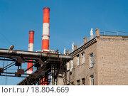 Манекены на крыше здания завода на фоне труб и голубого неба (2015 год). Стоковое фото, фотограф Евгений Макеев / Фотобанк Лори