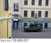 Джип во дворе (2015 год). Редакционное фото, фотограф Андрей Губецков / Фотобанк Лори