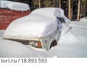 Белый старый автомобиль засыпан снегом. Стоковое фото, фотограф Олег Вдовин / Фотобанк Лори