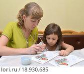 Купить «Молодая женщина с маленькой дочерью расписывают красками кормушку для птиц», фото № 18930685, снято 6 декабря 2015 г. (c) Ирина Борсученко / Фотобанк Лори