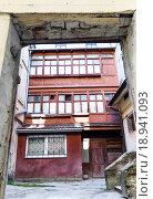 Вид на старый внутренний дворик. Стоковое фото, фотограф Kateryna Kyselova / Фотобанк Лори