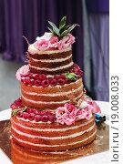 Купить «Большой свадебный торт стоит на подносе», эксклюзивное фото № 19008033, снято 13 сентября 2015 г. (c) Игорь Низов / Фотобанк Лори