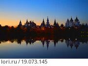 Купить «Измайловский кремль. Серебряно-Виноградный пруд. Москва», эксклюзивное фото № 19073145, снято 20 октября 2015 г. (c) lana1501 / Фотобанк Лори