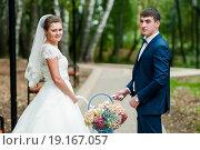 Купить «Счастливые жених и невеста стоят с велосипедом на аллее в осеннем парке», эксклюзивное фото № 19167057, снято 13 сентября 2015 г. (c) Игорь Низов / Фотобанк Лори