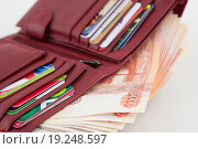 Кошелек с деньгами и банковскими картами. Стоковое фото, фотограф Юрий Волобуев / Фотобанк Лори