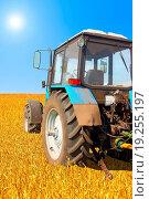 Купить «Tractor in a field, agricultural scene in summer», фото № 19255197, снято 21 августа 2019 г. (c) easy Fotostock / Фотобанк Лори